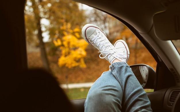 Vrouw schoenen op autoraam Gratis Foto