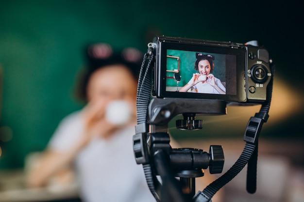 Vrouw schoonheid vlogger filmen vlog over crèmes Gratis Foto