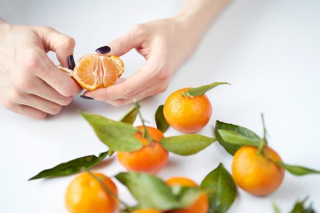 Vrouw schoonmaak mandarijn Premium Foto