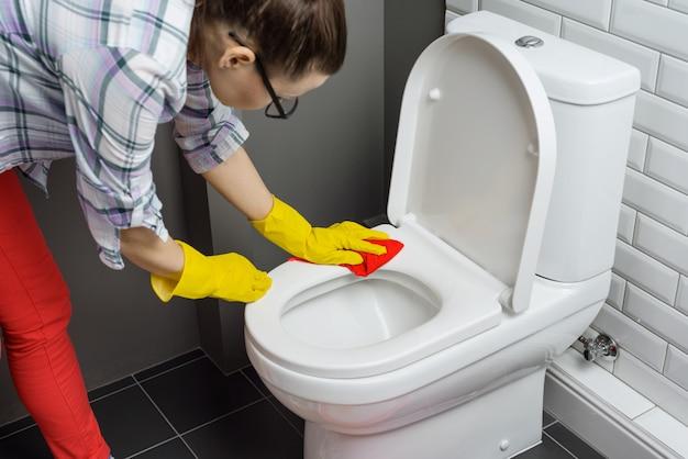 Vrouw schoonmaak toilet Premium Foto