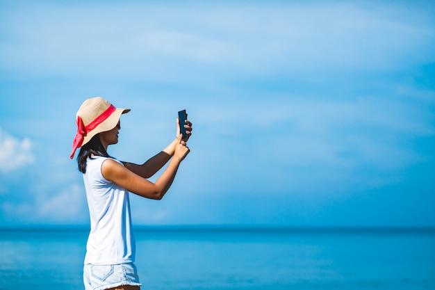 Vrouw selfie op strand Premium Foto