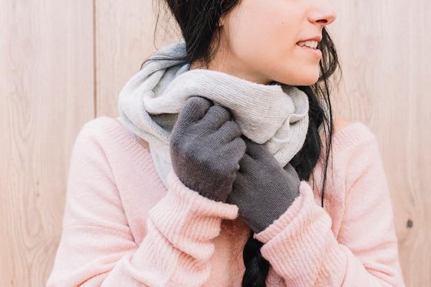 Vrouw sjaal aan nek aanpassen Gratis Foto