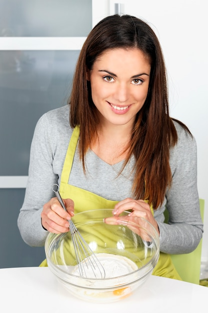 Vrouw slagman in de keuken zwaaien Gratis Foto