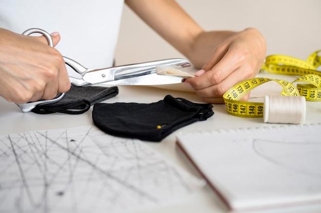 Vrouw snijden textiel om ontwerp te naaien Gratis Foto