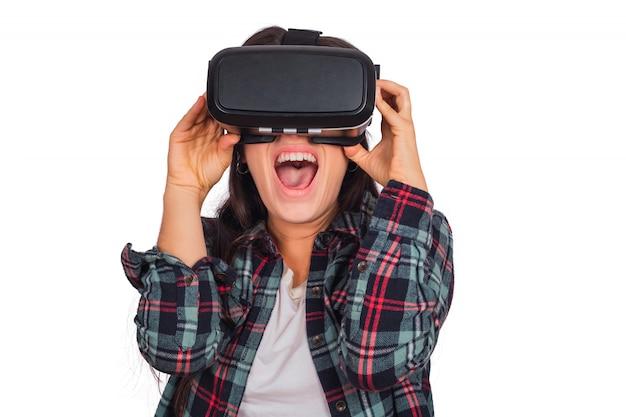 Vrouw speelt met vr-headset bril. Gratis Foto