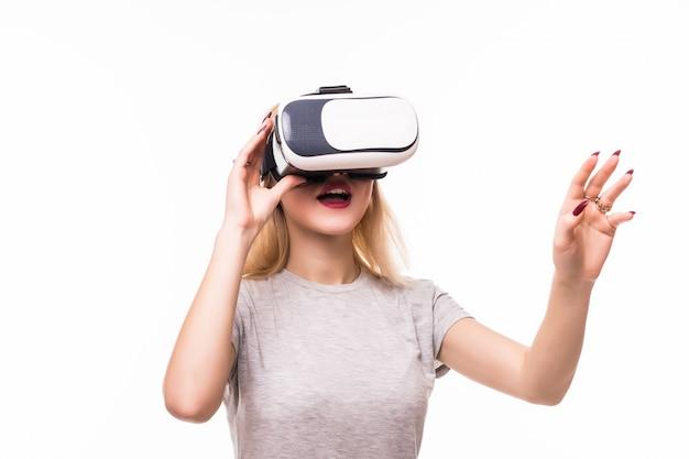 Vrouw speelt nieuwe games met een vr-bril in de kamer met witte muren Gratis Foto
