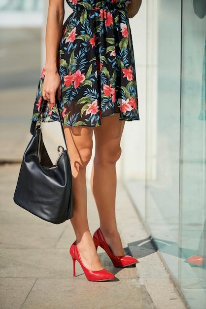 Vrouw stond bij etalage Premium Foto