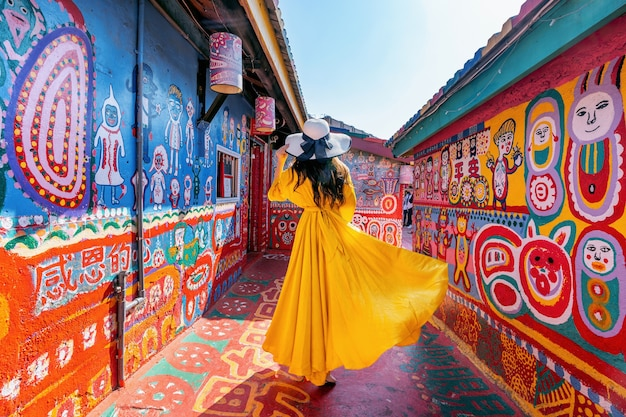 Vrouw stond in rainbow village in taichung, taiwan. Gratis Foto