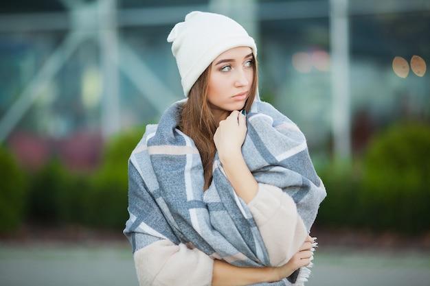 Vrouw stress. mooie trieste wanhopige vrouw in winterjas die aan depressie lijdt Premium Foto
