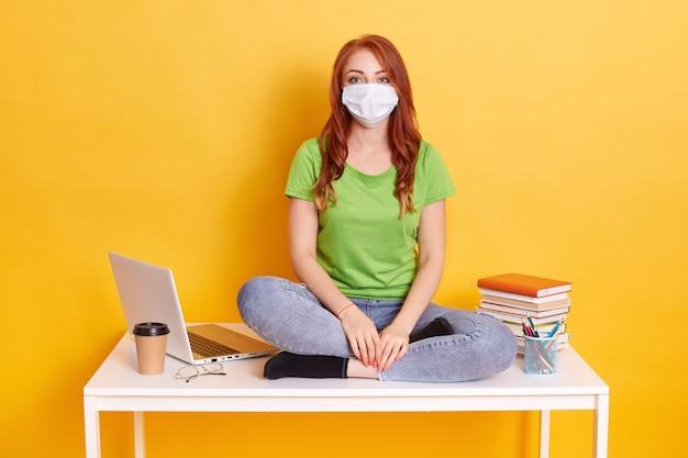 Vrouw student op afstandsonderwijs wegens ziekte thuis werken Gratis Foto