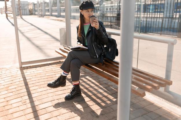 Vrouw te wachten in het tramstation Gratis Foto