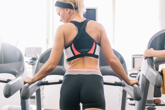 Vrouw training op loopband Gratis Foto