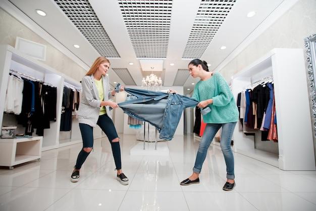 Vrouw vecht voor een jas Premium Foto