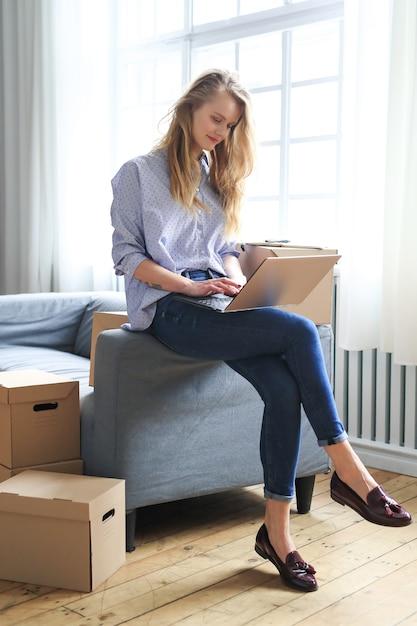 Vrouw verhuist naar een nieuw huis Gratis Foto