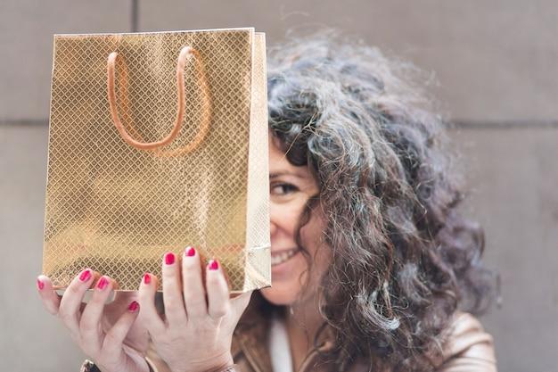 Vrouw verstopt met boodschappentas Gratis Foto