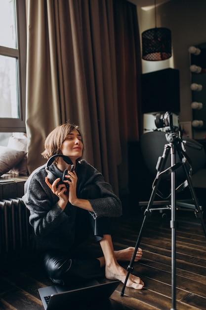 Vrouw video blogger filmt nieuwe vlog voor haar kanaal Gratis Foto