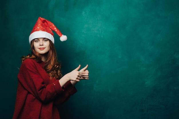 Vrouw viert kerstmis en nieuwjaar. Premium Foto