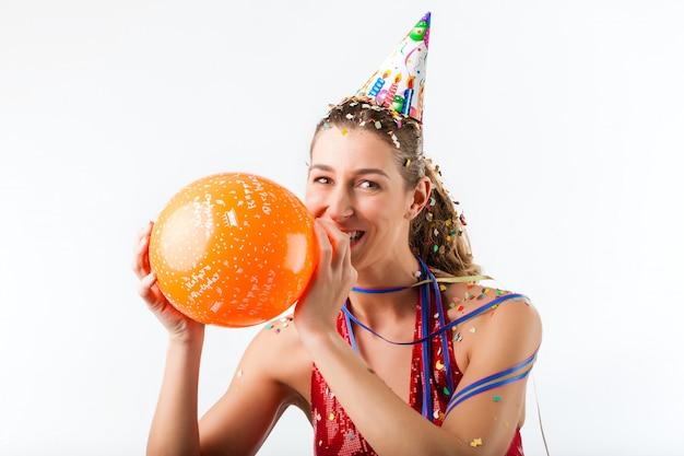 Vrouw viert verjaardag met ballon Premium Foto
