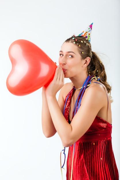 Vrouw viert verjaardag of valentijnsdag Premium Foto