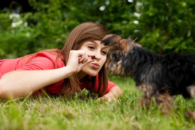 Vrouw voeding puppy Gratis Foto