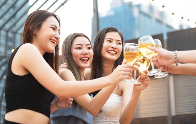 Vrouw vriend groep partij bierglas Premium Foto