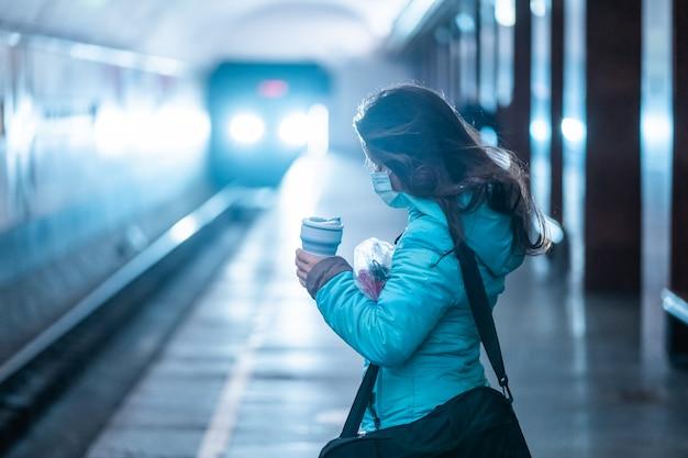 Vrouw wacht op een metrostation in kiev. Gratis Foto
