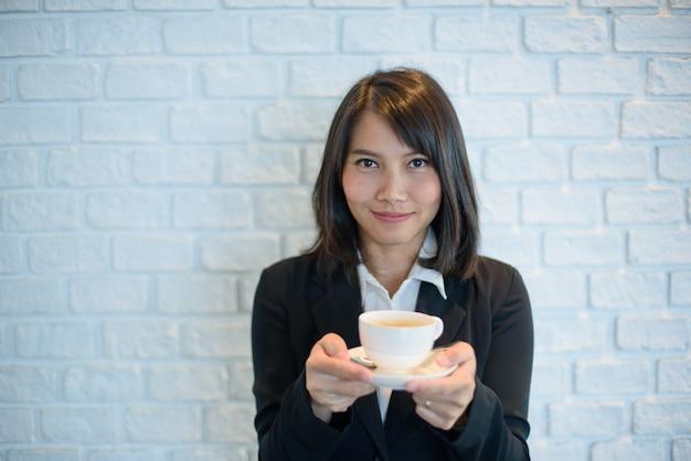Vrouw warme koffie drinken in de ochtend, tijd ontspannen Premium Foto