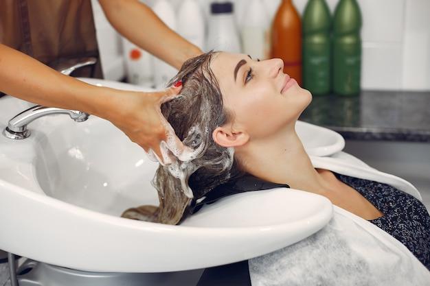 Vrouw wassen hoofd in een kapsalon Gratis Foto