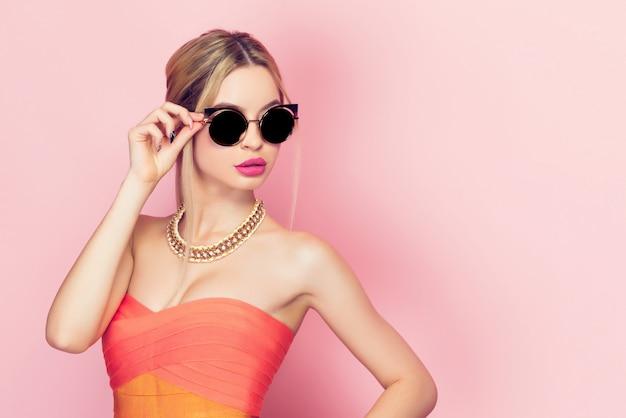 Vrouw wat betreft de zonnebril Premium Foto