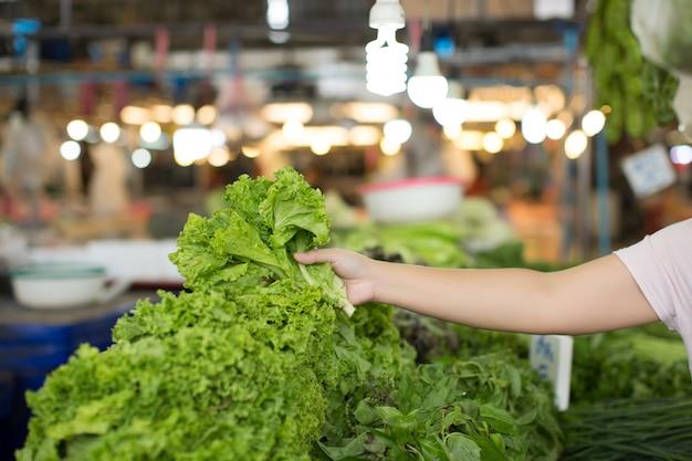 Vrouw winkelen biologische groenten Gratis Foto