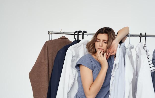 Vrouw winkelen garderobe kleerhanger model mode-stijl. Premium Foto