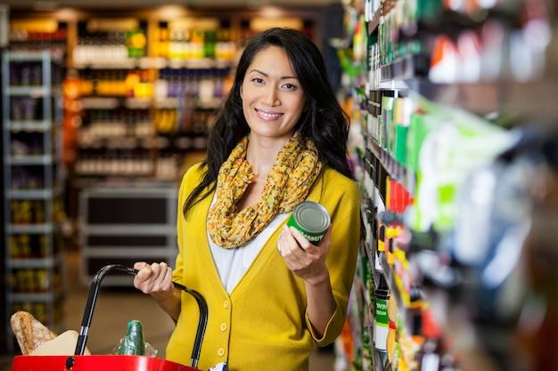 Vrouw winkelen voor boodschappen Premium Foto