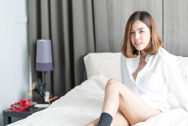 Vrouw wordt wakker op bed Premium Foto