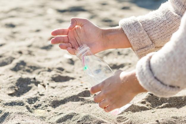 Vrouw zand schoonmaken Gratis Foto