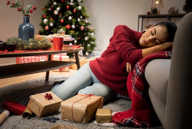 Vrouw zit in een rode trui Gratis Foto