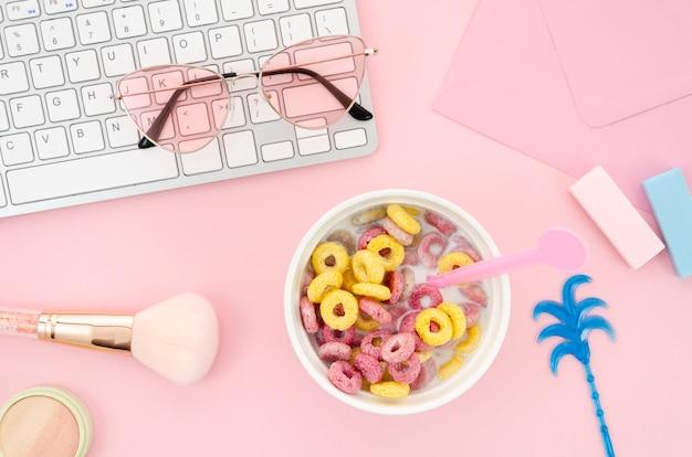 Vrouwelijk bureau met een ochtendkom ontbijtgranen Gratis Foto