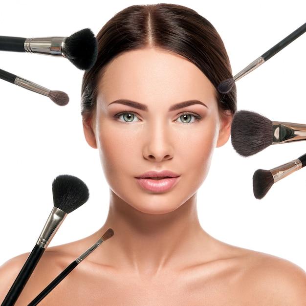 Vrouwelijk gezicht en make-up kwasten Premium Foto