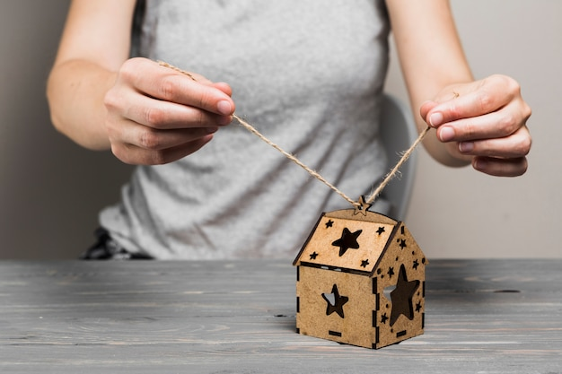 Vrouwelijk hand bindend koord op met de hand gemaakt bruin huis Gratis Foto