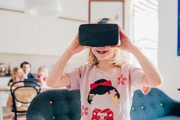 Vrouwelijk kind binnen gebruikende 3d kijker Premium Foto