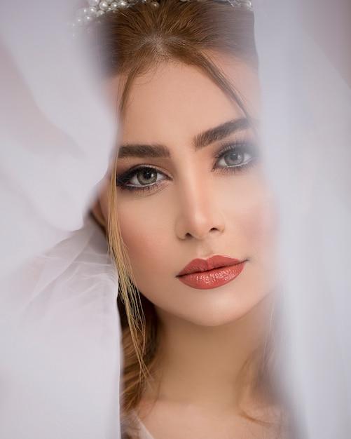 Vrouwelijk model dat bruidssluier draagt Gratis Foto