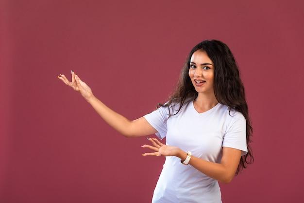 Vrouwelijk model dat copyspace toont Gratis Foto