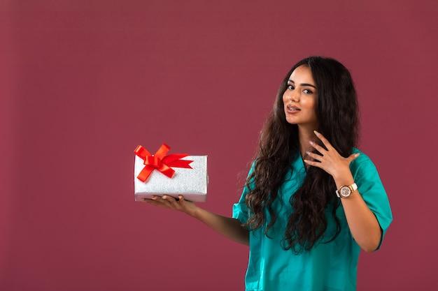 Vrouwelijk model dat een bonuscampagne promoot Gratis Foto