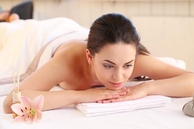 Vrouwelijk model dat massage heeft bij kuuroord Gratis Foto