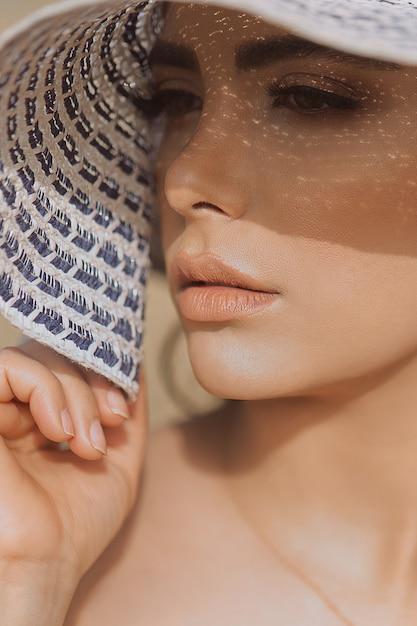 Vrouwelijk model in de zomer make-up met lichte tinten Gratis Foto