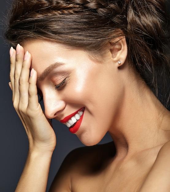 Vrouwelijk model met verse dagelijkse make-up Gratis Foto