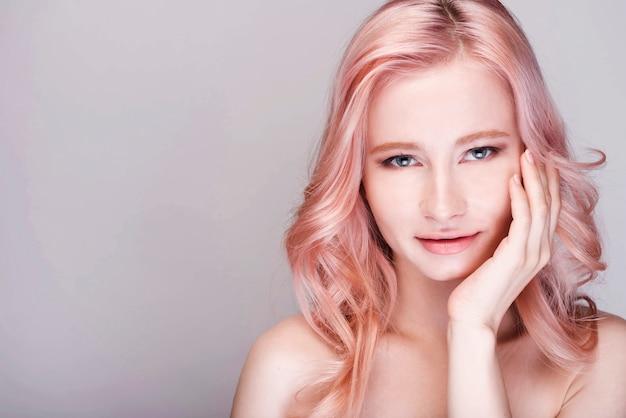 Vrouwelijk model wat betreft haar gezicht met exemplaar-ruimte Gratis Foto
