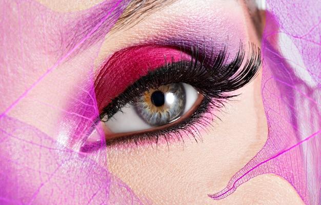 Vrouwelijk oog met mooie mode felroze make-up Gratis Foto