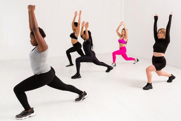Vrouwelijk teamwerk bij fitnessles Gratis Foto
