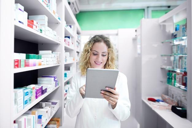 Vrouwelijke apotheker die in drogisterij werkt Gratis Foto
