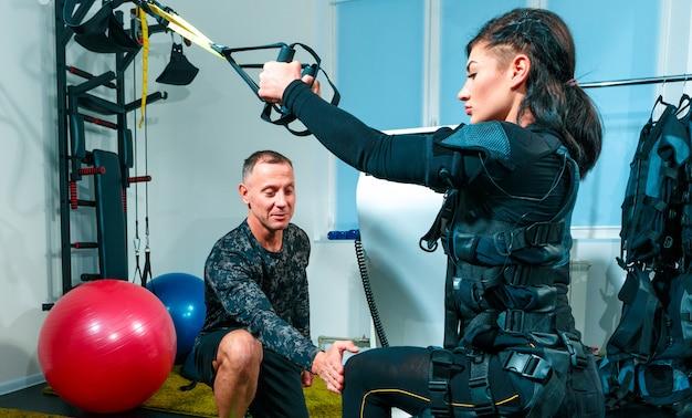 Vrouwelijke atleet die oefeningen in een geschiktheidsstudio doet Gratis Foto